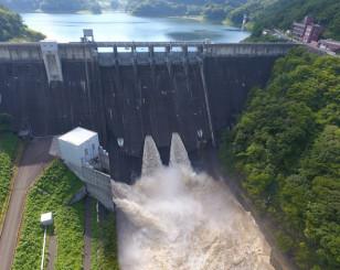 高圧放流設備が機械遺産に登録された田瀬ダム(北上川ダム統合管理事務所提供)