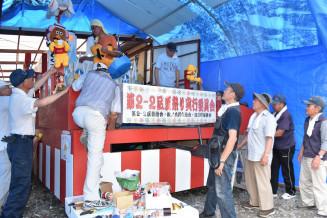 千厩夏まつりに向け、手作りの山車の最終準備を進める住民