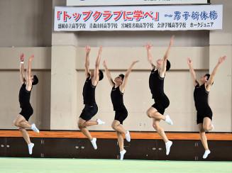 28日の公開演技に向け、最終調整を行う青森山田高男子新体操部