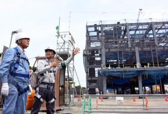 担当者から説明を受け巡回する小鹿昌也局長(左)