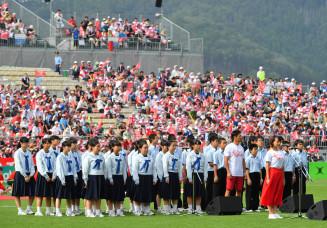 日本対フィジー戦を前に、両国の国歌を斉唱する釜石東中の生徒たち