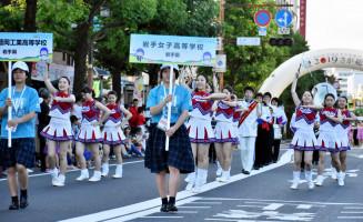 パレードで佐賀市内を行進する岩手女子バトントワリング部と盛岡工吹奏楽部の生徒