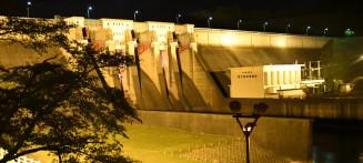 堤体がライトアップされ、幻想的な光景が広がる四十四田ダム