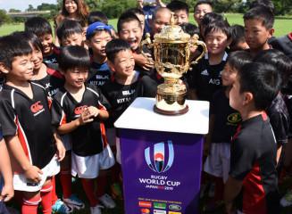 優勝杯ウェブ・エリス・カップを囲み大喜びの北上ラグビースクールの児童