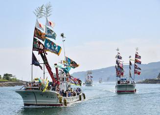 大漁を願って海上をパレードする漁船