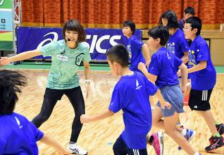 高橋尚子さん(左)から指導を受ける子どもたち