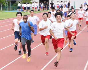 練習を通じて交流を深めるルワンダのクリストフ・ツイシミレ選手(左から2人目)と葛巻町の生徒たち