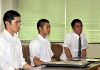 戸田公明市長に準優勝を報告する(左から)佐々木朗希選手、千葉宗幸選手、国保陽平監督
