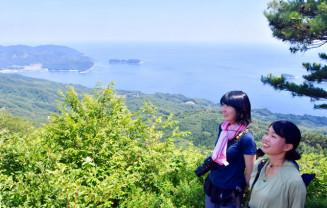 眼下に船越湾と太平洋が広がる鯨山山頂。県内は10観測地点で猛暑日を記録した=29日、山田町・大槌町境