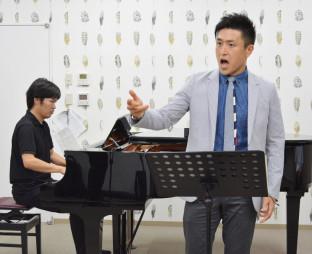 本県のラグビー発展を願い、応援ソング「熱きフィフティーン」を披露する柴田泰孝さん(右)とピアノの稲生創さん