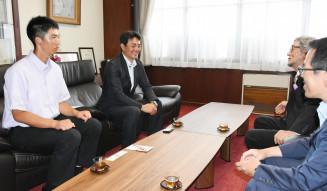 岩手大会の優勝を報告する花巻東の(左から)中村勇真主将、佐々木洋監督