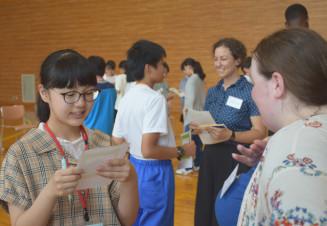 英語を使ったゲームでALTと交流する中学生
