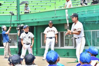 子どもたちに打撃理論を丁寧に伝える(右から)篠塚和典さん、中畑清さん