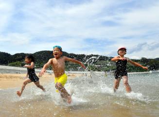 梅雨明けした夏空の下、海水浴を楽しむ子どもたち=31日、陸前高田市広田町・大野海岸