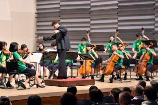 佐渡裕さんの指揮で演奏を披露するスーパーキッズ・オーケストラ