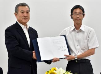 企業立地協定を結ぶ主浜了市長(左)と三井康平代表取締役