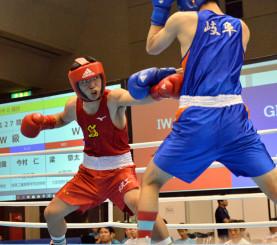 ウエルター級準々決勝 1回、左でボディーを攻める和賀聖龍(左、水沢工)=宮崎市総合体育館