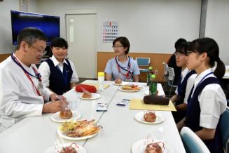 田畑潔院長(左)らと意見交換する高校生