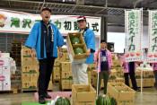 滝沢スイカ、1箱7万円 盛岡市中央卸売市場で初競り