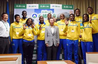田村正彦市長(前列中央)らと記念撮影し、合宿の成功と東京五輪出場に向けて意気込むルワンダのビーチバレー選手団