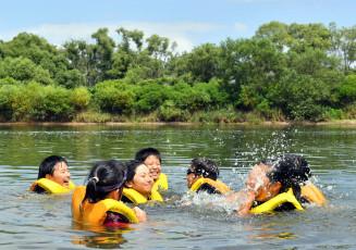 青空の下、北上川の流れを楽しむ子どもたち
