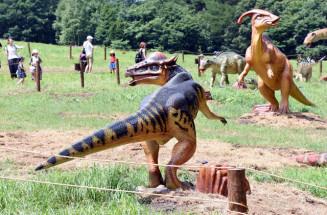 迫力ある恐竜の模型が並ぶ安比恐竜パーク