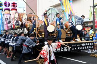迫力ある演奏が披露された二代目時の太鼓巡行