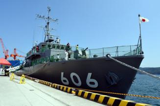 久慈市の久慈港で一般公開されている海上自衛隊の掃海艇はつしま