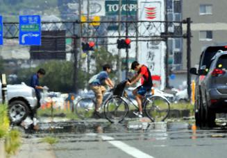 猛暑が続く県内。市街地では「かげろう」や「逃げ水」と呼ばれる現象が見られた=3日午後0時42分、盛岡市本宮