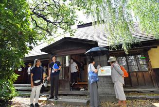 俳句のイメージを膨らませながら啄木新婚の家を見学する参加者