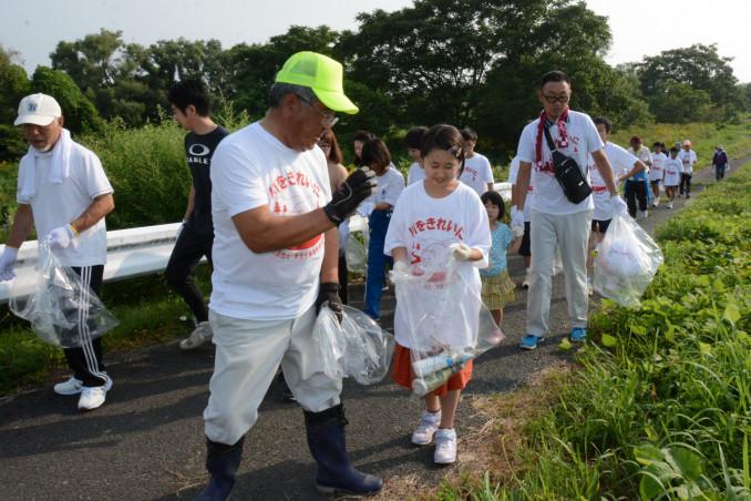 豊沢川河川敷周辺でごみを拾う参加者