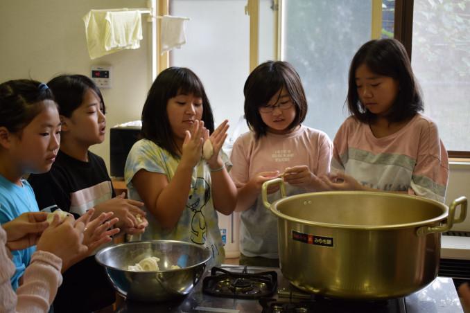 朝食のすいとん作りに挑戦する児童