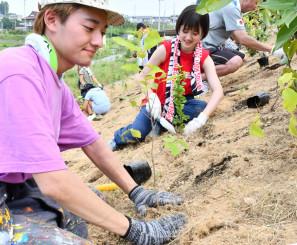 植樹作業に励むボランティア