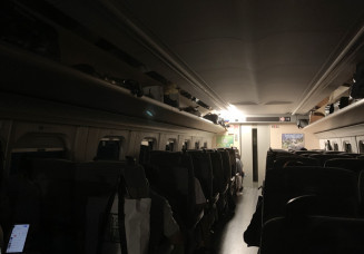 緊急停車し、照明が消えたはやぶさ33号の車内=4日午後7時24分、北上市内(報道部・鎌田佳佑撮影)
