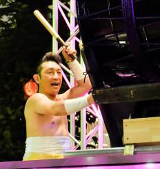 花車の上で太鼓を力強くたたく福田こうへいさん