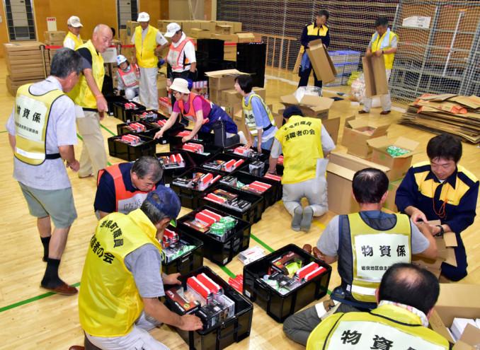 救援物資を仕分ける自主防災組織や防災士、町職員退職者の会のメンバー
