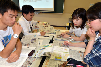 「どの記事を使い、どんな授業をするか」を話し合う盛岡大文学部の学生