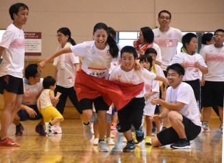 力走する北京五輪陸上出場の小林祐梨子さん(中央左)と参加者