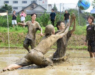泥だらけになりながらバレーを楽しむ参加者