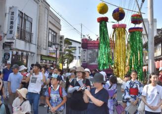 風流な竹七夕飾りと山車が古き良き商店街を彩った