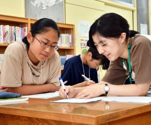 中根葵さん(右)から数学を教わる舘心海さん