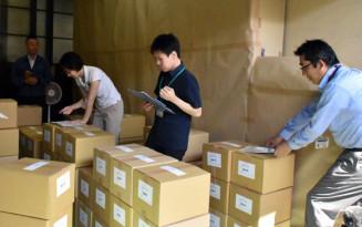 投票用紙の発送作業を行う県選管の職員ら