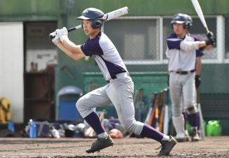 走者を置いた打撃練習で安打を放つ花巻東の金沢永輝=西宮市内のグラウンド
