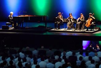 坂本龍一さんと東北ユースオーケストラによるコンサート。68日間にわたる三陸防災復興プロジェクトを締めくくった=7日、陸前高田市高田町・夢アリーナたかた