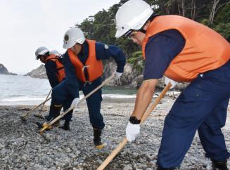 震災の行方不明者の捜索に当たる大船渡署員