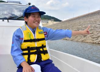 巡視船で胆沢ダムの堤体などを見学する小野寺麻緒さん