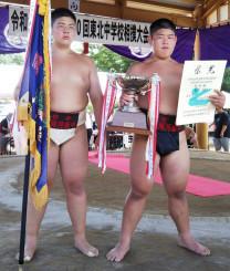 団体で初優勝を果たした盛岡・河南の(左から)工藤晃太、佳太の兄弟=福島県会津若松市・あいづ相撲場