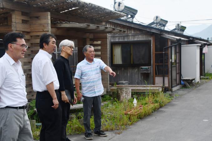 中上仮設団地を見学する坂本龍一さん(右から2人目)