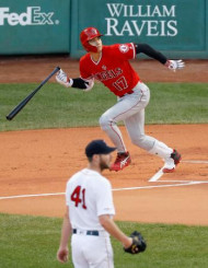 レッドソックス戦の1回、左翼線に二塁打を放つエンゼルス・大谷翔平。投手セール=ボストン(共同)