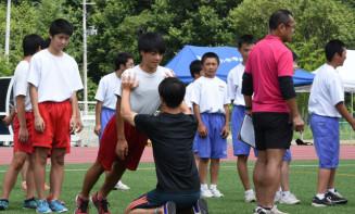 学生らの指導を受けながら練習に励む葛巻町の子どもたち
